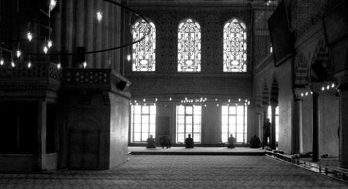 praying at the windows of the blue mosque